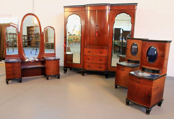 Vierteiliges Schlafzimmer Aus Mahagoni Epoche : 20er Holzart : Mahagoni  Maße : Kleiderschrank Höhe 216 Cm