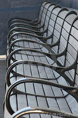 Herhaling - De grijze armleuningen van de stoelen herhalen zich.