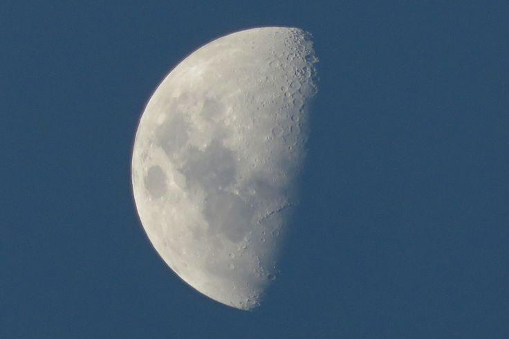 Se tem uma coisa que eu fico admirada olhando, é a Lua, gosto tanto dela. Em qualquer uma de suas formas: cheia, minguante, nova, crescente… só não gosto quando não aparece. Talvez essa afini…#blog #text #alemdasredes #vida #cronica #postnovo #estilodevida #moon #photografy #photo #foto #fotografia #lua #sky #bluesky