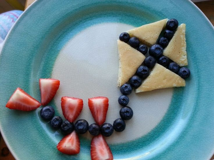 Pancake and fruit kite breakfast (Strawberries are a great source of fiber but kids will just think this is FUN! Healthy food lets kids produce healthy poo that makes #pottytraining easier.)