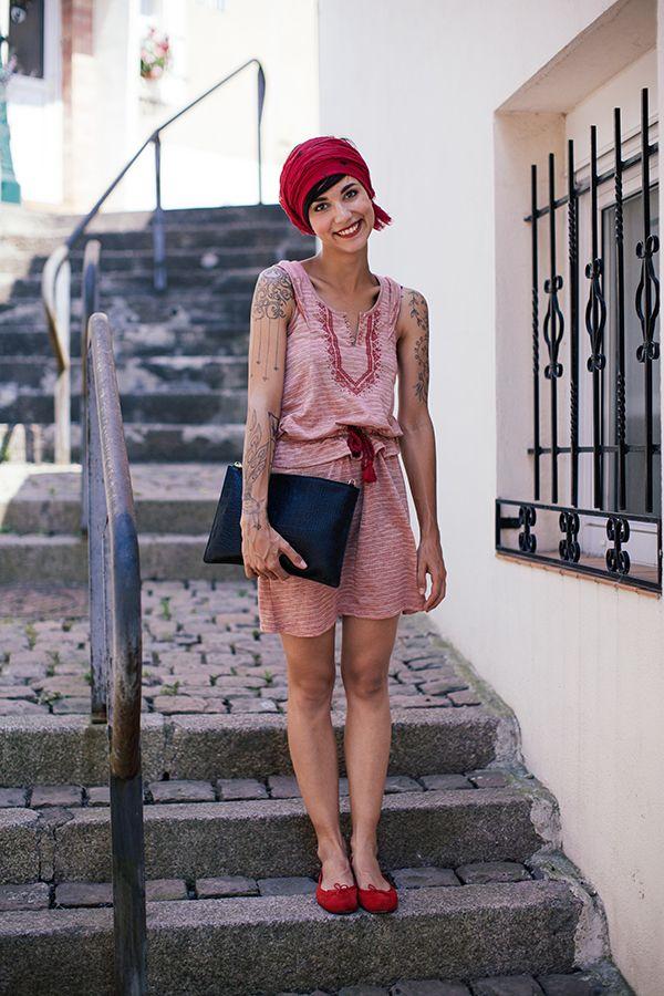 Total look rouge pour Coline qui porte une robe 2two
