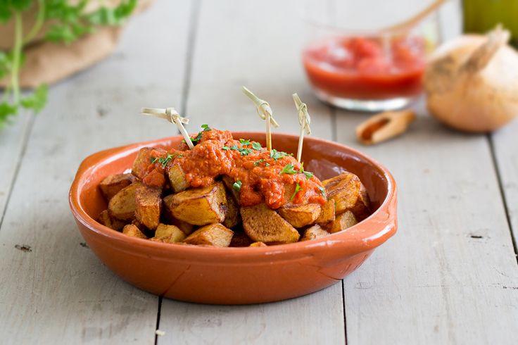 Dit Spaanse patatas bravas recept met pittige saus is heerlijk als aperitiefhapje. Lees hier hoe je het stap voor stap klaarmaakt!