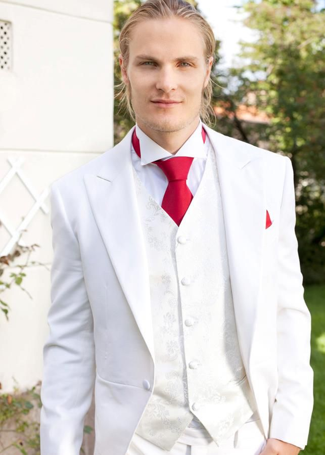 Hvit sjakett, vest kremhvit, rødt slips og lommetørkle