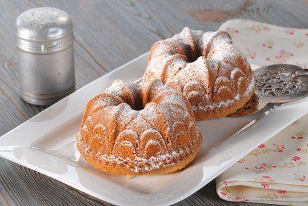 Hrnkové bábovky snadno a rychle NA FORMU 2½ hrnky mouka polohrubá 2 hrnky cukr moučka 1 ks tvaroh měkký 1 prášek kypřící 1 máslo 5 ks vejce1 lžička kůra citrónová 1 špetka sůl Máslo utřete s žloutky a cukrem do pěny. Přidejte tvaroh, mouku smíchanou s práškem do pečiva, špetku soli a citronovou kůru (nastrouhanou). Dobře promíchejte a nakonec do těsta vmíchejte tuhý sníh z bílků.. Bábovku pečte asi 45 minut v troubě předehřáté na 180 °C.