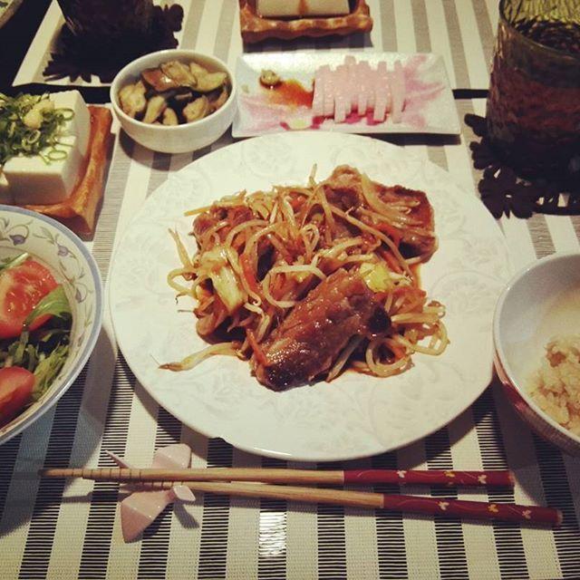 04/27 肉ー!今日は肉じゃー!帰るの遅い日が続いてるけど、ご飯はちゃんと食べたい。それにしても食欲はあるのに食べれん。お肉はほとんど旦那さまへ~ #晩ごはん#dinner#おうちごはん#筍ご飯#焼肉#肉#水菜#トマト#サラダ#salad#冷奴#豆腐#茄子#漬物#かまぼこ#味噌汁#載らんかった#よん飯