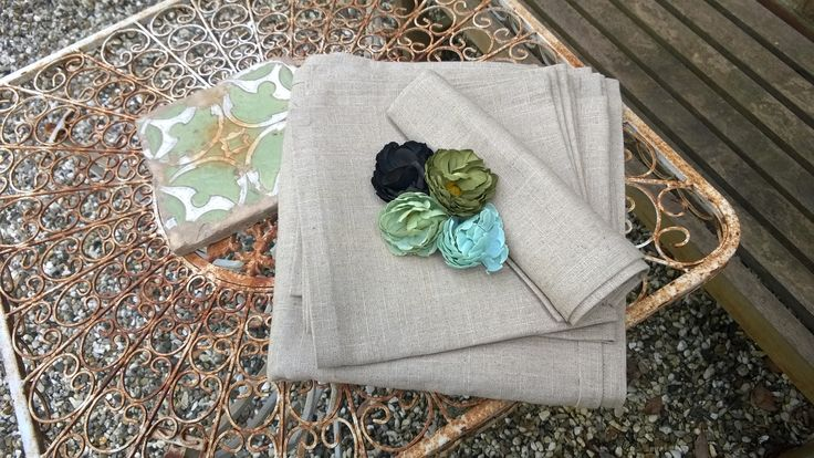 Tablecloth and napkins in 100% linen with accessories flowers. www.e-and-l.com