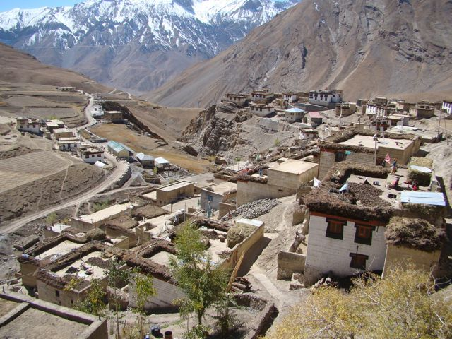 Kaza village by fullstopindia @ 8 Reasons Why We Think Spiti Is Better Than Ladakh For The Adventurers Source : http://www.tripigator.com/blog/reasons-why-we-think-spiti-is-better-than-ladakh-for-the-adventurers/