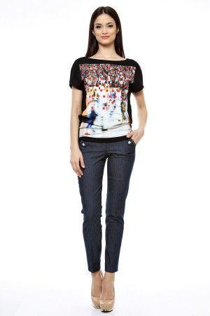 Tinuta bluza imprimata si pantalon conic denim.