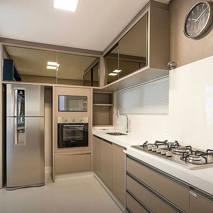 Cozinha contemporânea em tons neutros com destaque para beleza e funcionalidade ..