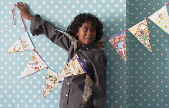 Slinger maken; elk kind maakt 1 driehoek, waarop de naam en verjaardagsdatum staat. Verder leuk versieren. Slinger ophangen in de klas.... Altijd feest!