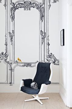 The entrance back wall is decorated with a baroque trompe l'oeil