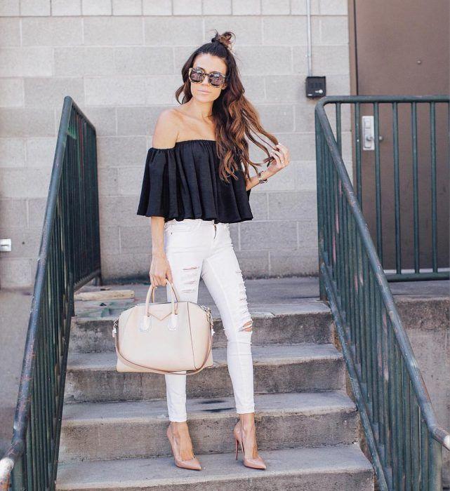 Chica usando una blusa sin hombros con un pantalón de color blanco