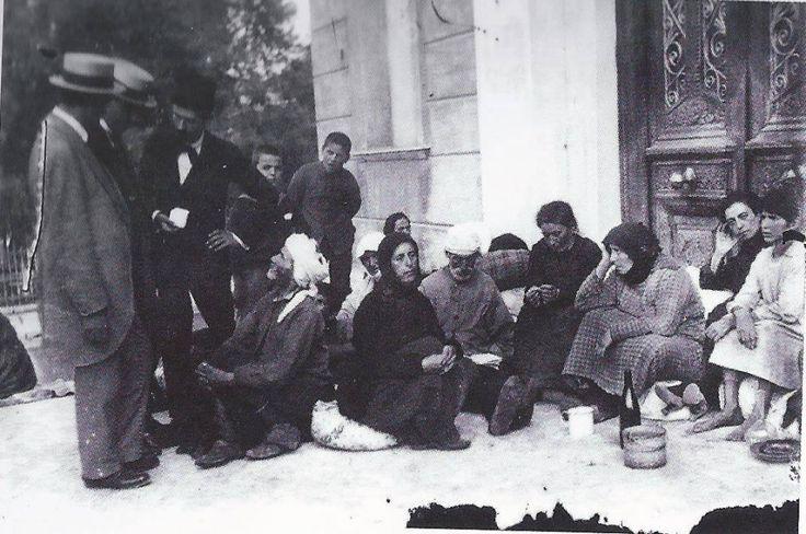 Πρόσφυγες από τη Σμύρνη, μόλις έχουν φτάσει στον Πειραιά