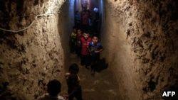 Сирийские дети в бомбоубежище в пригороде Дамаска, находящимся под контролем оппозиции