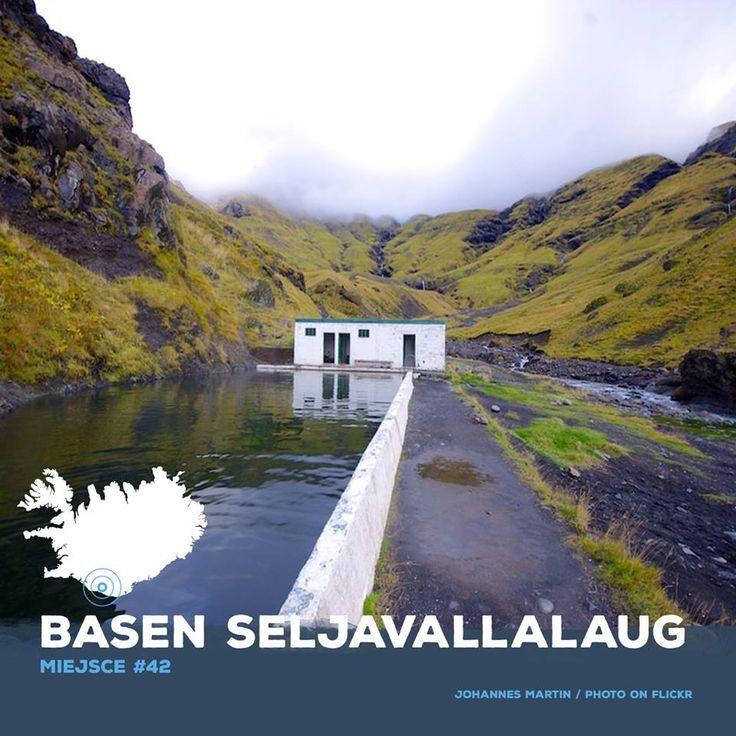 Basen ten położony u stóp gór Eyjafjöll, został uznany przez The Guardian jednym z 10 najlepszych na świecie.  Ten najstarszy basen geotermalny w kraju nie jest prosty do odkrycia. Nie prowadzi do niego żadna oficjalna trasa, po drodze nie mija się żadnego znaku, a żeby się do niego dostać trzeba pokonać miejscami dość rwącą rzekę. ⛰ zapraszamy www.iceventure.pl Iceland #adventure #amazing #travel #holiday #vacation #igdaily #igerpoland #instatravel #tour #islandia #loveiceland
