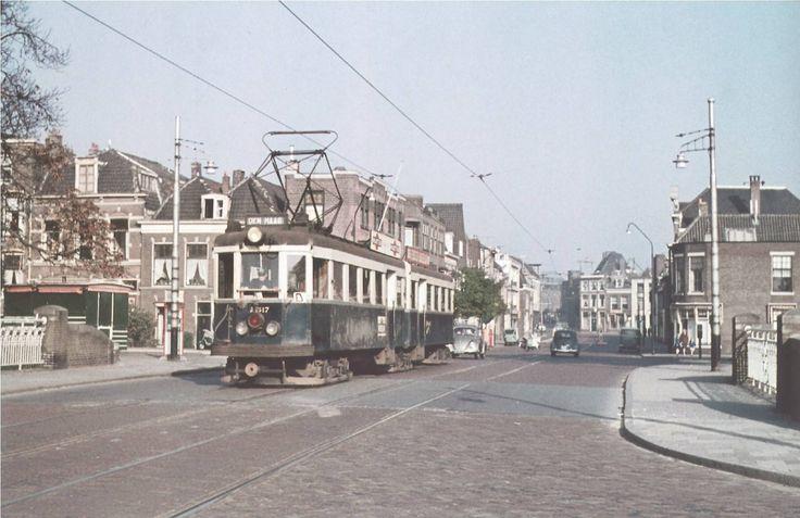 Blauwe tram naar Den Haag komende uit de Korevaarstraat richting Lammenschansweg.