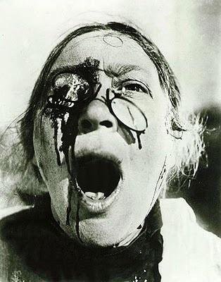 Still uit Battleship Potemkin (1925) ,een Russische stomme film gebruikt als propaganda. Doordat het een stomme film is moet de beelden spreken. Deze schreeuw zegt heel veel. Het bloed en de kapotte bril creëren een pijnlijk beeld.