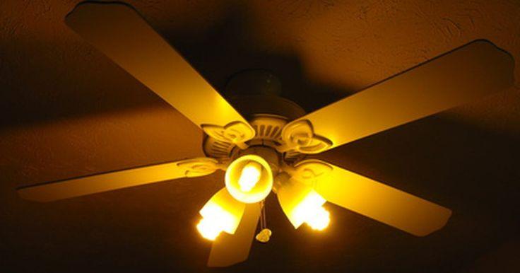 """Como substituir um capacitor de ventilador de teto. Não jogue fora o seu ventilador de teto velho e quebrado. Se o seu ventilador se recusa a girar ou gira lentamente, um capacitor novo pode dar-lhe um novo sopro de vida. O site """"The Ceiling Fan Wizard"""" (Assistente do Ventilador de Teto) nos diz: """"Um capacitor é pequeno, mas desempenha um importante papel no seu ventilador de teto... Ele armazena a ..."""