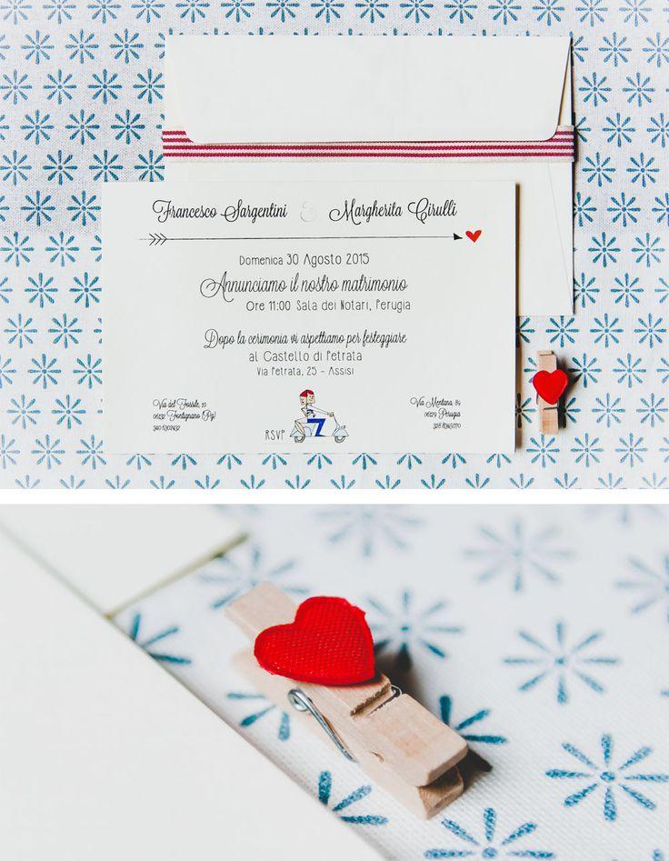 Partecipazione matrimonio di Youco wedding Paper in rosso dal sapore rustico e giovanile e dettaglio della mollettina in legno personalizzata