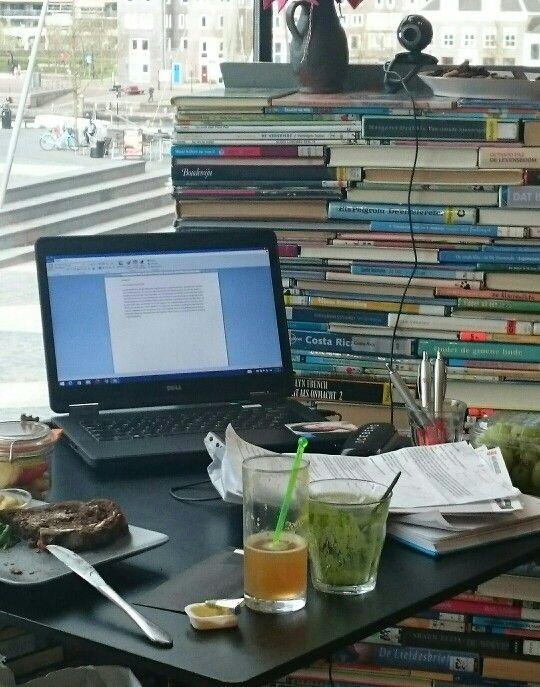 Het bureau van #writerinresidence Guido de Wijs in 'Het voooruitzicht' van bibliotheek Eemland in het Eemhuis