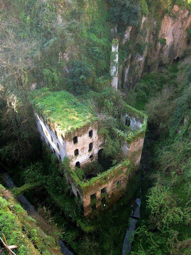 Les ruines d'un moulin abandonné à Sorrento, en Italie  Situé à une heure de Naples, à Sorrento, cet ancien moulin construit aux alentours de 900 après Jesus-Christ a été abandonné suite à la création en 1866 de la Place Tasso. Isolé, laissé à l'abandon, il s'agit d'un chateau construit au beau milieu de la ville. Aujourd'hui, sans matériel d'escalade, l'endroit est complètement inaccessible.