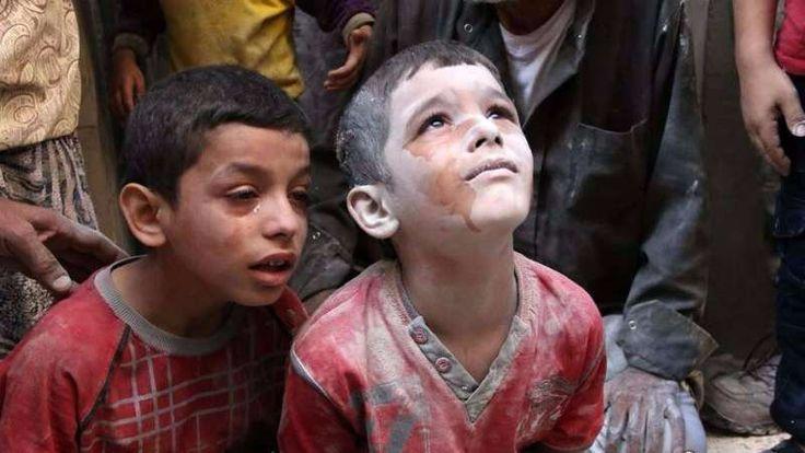 32 warga sipil tewas di Aleppo oleh serangan pesawat tempur rezim Asad  ALEPPO (Arrahmah.com) - Sebanyak 32 warga sipil tewas pada Rabu (12/10/2016) dan banyak lainnya terluka oleh serangan jet tempur rezim Asad di lingkungan al-Ma'adi dan al-Ferdos al-Ansari al-Meyssar di Aleppo koresponden Orient Net melaporkan.  Serangan udara itu menargetkan sebuah pasar tradisional yang berada di antara lingkungan al-Ma'adi dan al-Ferdos yang menyebabkan bangunan-bangunan tempat tinggal mengalami rusak…