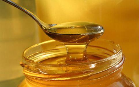 Smíchejte med a mletou skořici a mažte na chléb místo džemu nebo marmelády a jezte pravidelně k snídani. Snižuje to hladinu cholesterolu v krvi a cévách a chrání pacienty před infarktem.