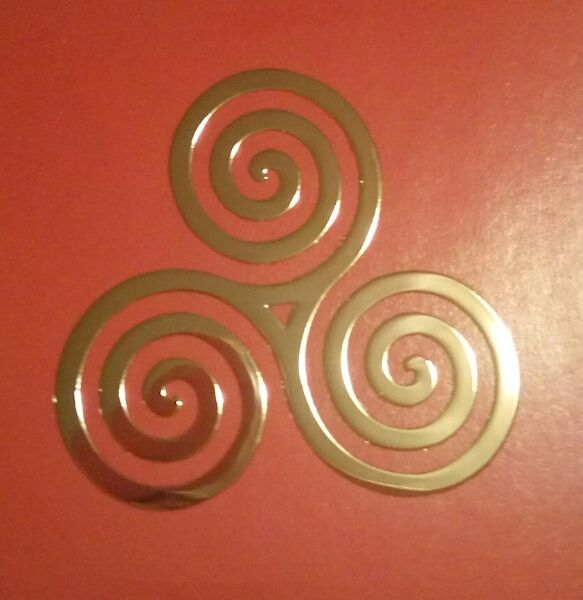 Celtic Triple Spiral Golden Metal Sticker- Beautiful Trisquele-Triskelion symbol. Female Power. Stick it everywhere, mobile cover, laptop https://www.etsy.com/it/listing/472060479/celtic-triple-spiral-golden-metal?ref=shop_home_active_1