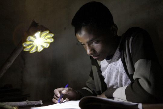 あのオラファー・エリアソンがデザイン!途上国で活用される、太陽の形をしたかわいいLEDライト「Little Sun」