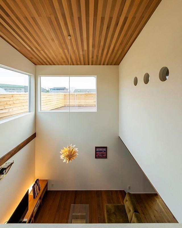 2階リビング 勾配天井 レッドシダー天井 アカシア床 北側