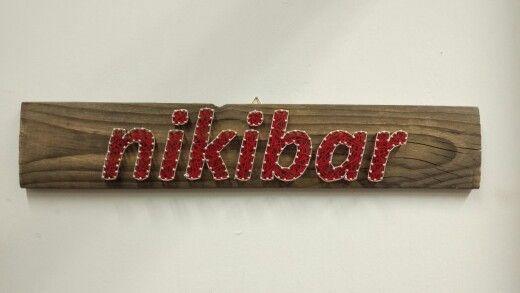 Insegna bar su doga recuperata da bobina di legno spazzolata. Realizzazione con tecnica string art.