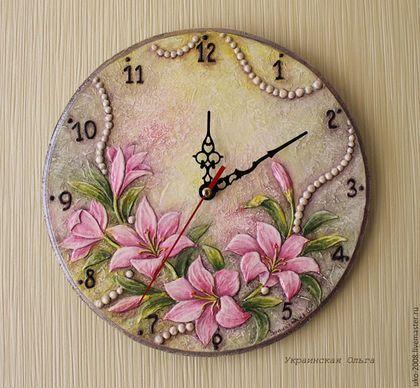 Купить или заказать Часы 'Лилии' в интернет-магазине на Ярмарке Мастеров. Сделаю на заказ = 3000 руб. Часы выполнены в авторской объемной технике. Поверхность часов,включая фон и сами цветы, рельефна. Роспись акриловыми красками в акварельной технике. Часы покрыты несколькими слоями глянцевого акрилового лака, что позволяет выполнять при необходимости влажную уборку. Механизм бесшумный:) Доставка почтой в Россию и страны ДЗ - 500 руб.