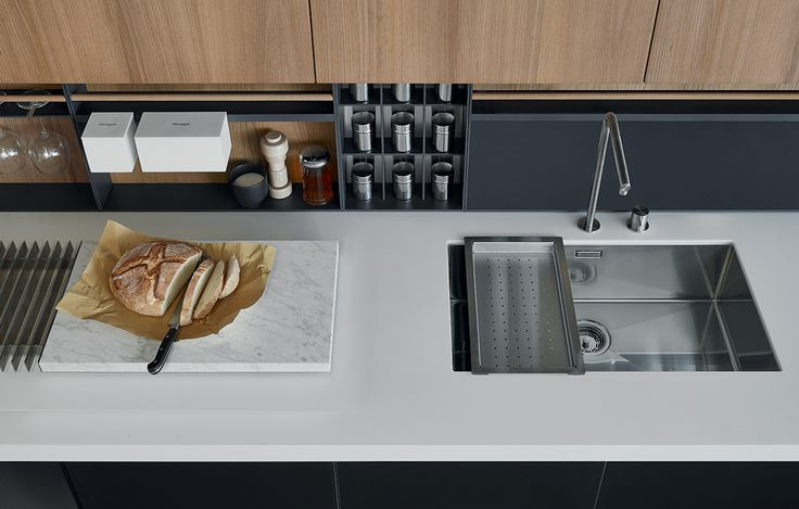 Equipments Shaker with back panels in elm, under-top mounted sink in steel and chopping board in Carrara marble.