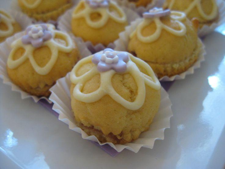 Pasticcini al Limone farciti con Marmellata di Fragole http://www.latavolozzadeisapori.it/buffets/buffet-dolci/pasticcini-al-limone-con-marmellata-di-fragole