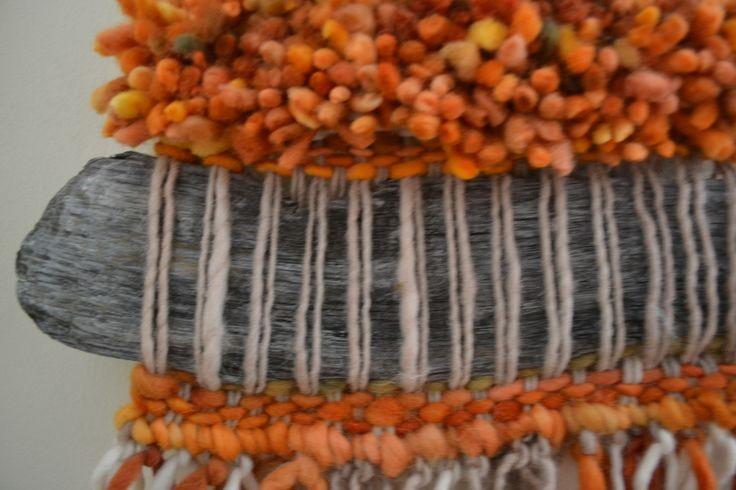 Telar de lana  con adorno de palo...