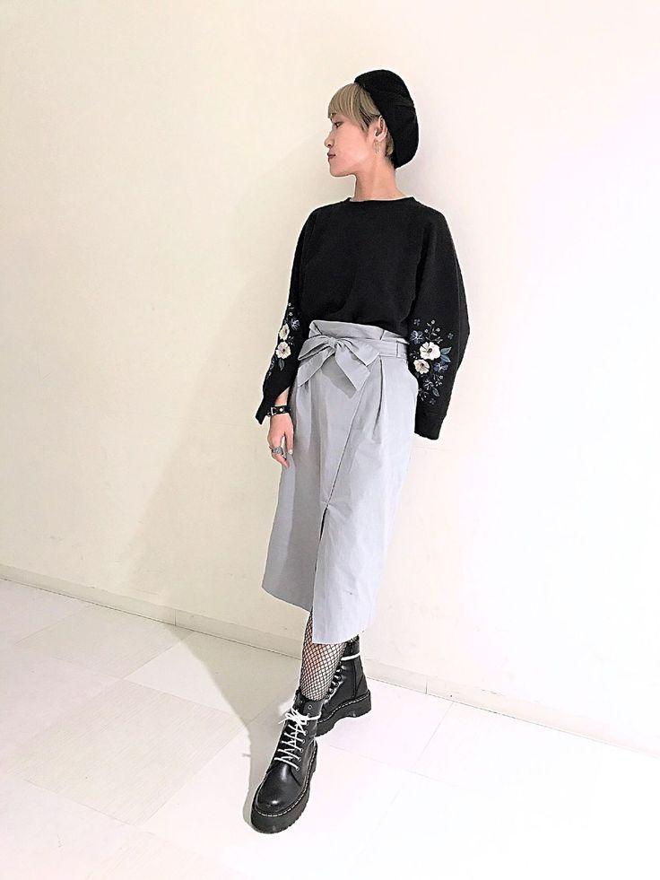ラップスカート ウエストのリボンがポイントのラップスカートです。カラーも新鮮で冬のダークトーンに飽き飽きしてきた方にも是非オススメです。ハイウエストめに履ける形なので、長めでもスッキリ見せてくれます。深めに入ったスリットはひざ辺りまで開きがあり履きやすく歩きやすいデザインです。