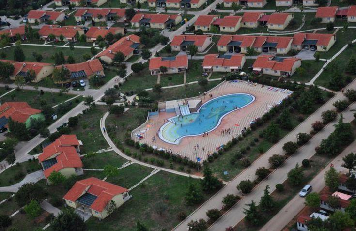 Camping Bi Village is een unieke glamping in Kroatie, gelegen aan de zee! De camping bevat 3 zwembaden en verblijven kan hier in een luxe safaritent, bungalow of stacaravan.