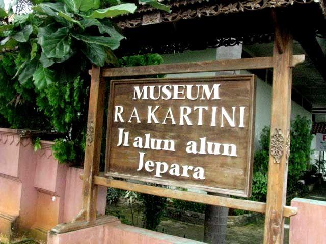 Sejarah RA Kartini - Raden Ajeng Kartini masih sangat melekat dalam sejarah karena ide-ide cemerlang yang ditulis dalam surat-suratnya. Pada tanggal 2 Mei 19...
