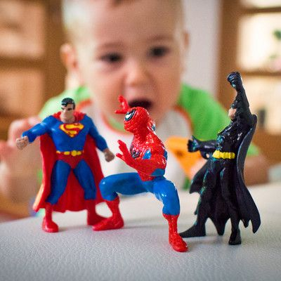 Який комікс про супергероїв був першим? Супермен! Супермен вперше з'явився в журналі коміксів Action Comics в 1938 році. Успіх цієї ідеї спонукав видавця (DC Comics), придумати нових супергероїв, що призвело до появи в 1939 році Бетмена. Конкурентне видавництво Marvel Comics відповіло на це трохи менш відомими персонажами: спочатку людина-факел і Капітаном Америка в 1941 році. Спайдермен з'явився набагато пізніше, в 1962 році.