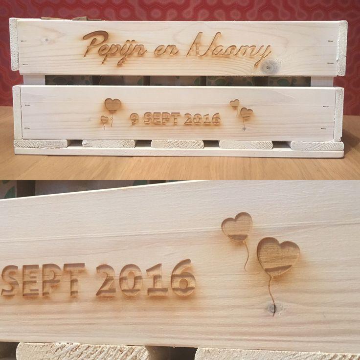 Het kistje kun je laten stylen. Laat een persoonlijke tekst, namen, afbeelding, logo of patroon graveren op het kistje!