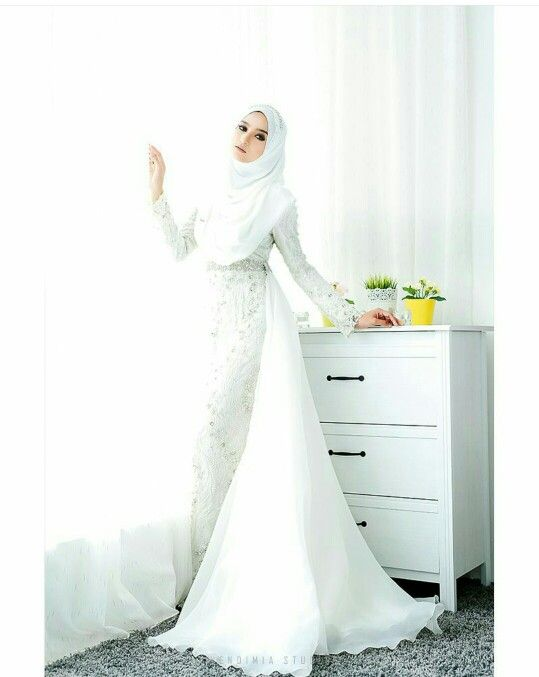 White wedding hijab is always a favourite :-) ( vendimiastudio )