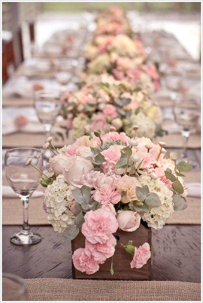 Lindos centros de mesa - Com caixotinhos de feira - Flores: Rosas, Crisantemos, Hortênsias, Cravos. Folhagens: Eucalípto e Suculenta (escondinha)