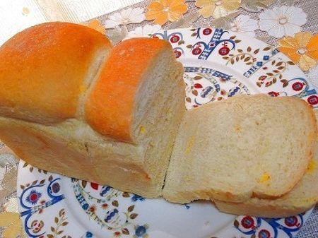 綺麗な黄色いカラーのサフランを使用した山食パンです。体にも、良い、ほんのり春色塩パンです♪焼きたては、生薬のようなサフランの香りが!♪使い切れていない岩塩もトッピングして焼き上げました☆