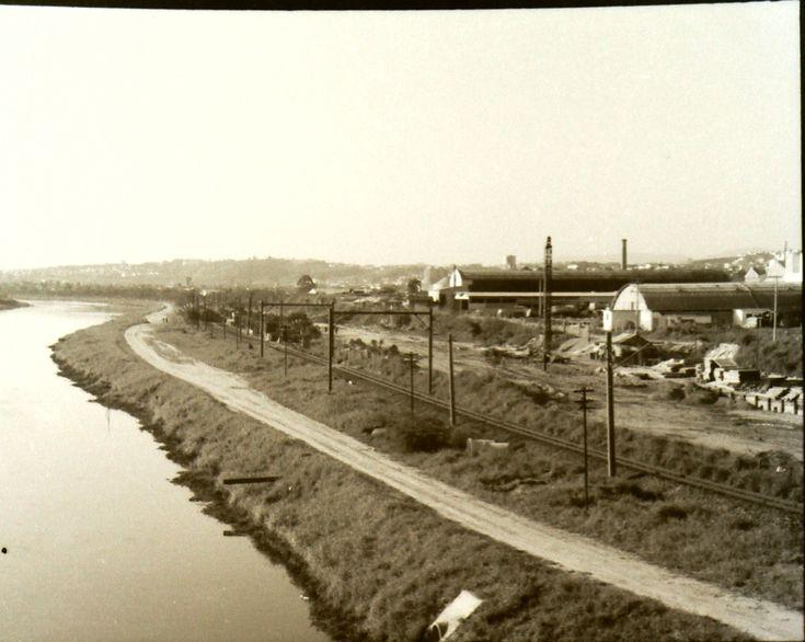 1960 - Marginal do rio Pinheiros (antes da construção da via expressa). Já tinhamos a linha de trem que hoje é a Linha 9 - Esmeralda da CPTM. Por ela passavam os trens que desciam a Serra do Mar em direção ao litoral, com destino final em Peruíbe.