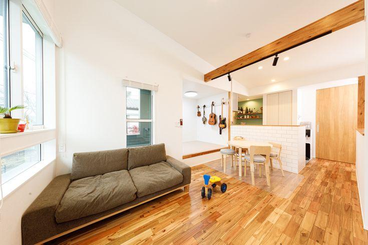 無垢材の質感豊かなナチュラルテイスト。天井が高く、窓のフォルムにまでこだわったヨーロピアンなコテージスタイルのLDK。キッチンの奥には、ペールグリーンのアクセントクロスをあしらったバーカウンターを造り付けました。 #regard#Regard#リビング#リビングダイニング#リビングダイニングキッチン#livingroom#livingdininng#LDK#家族#tokyo#東京で暮らす#myfamily#natural#ナチュラル
