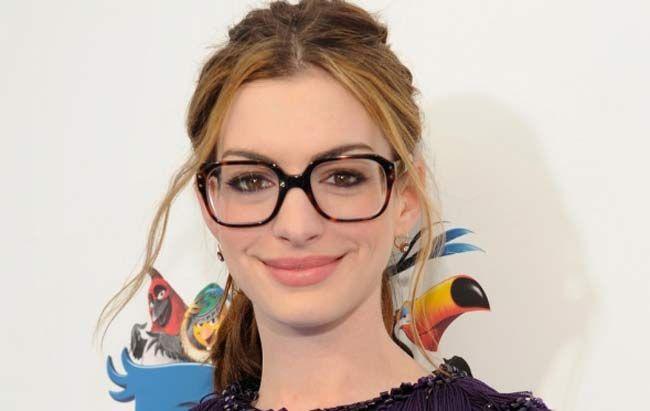 Olá meus amores, Como vocês sabem eu uso óculos de grau desde novinha e naquela época óculos de grau era algo funcional mesmo e quanto menos ele aparecesse melhor era (nossa me senti velha agora rs...
