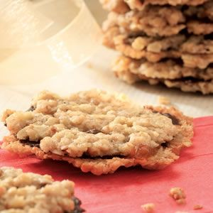 Master of Fine Arts student Allyson Lea Smith consulted with her mother and baked at least six variations to create this healthier version of an oat-chocolate sandwich cookie.  Enjoy these dark chocolate Florentines! #recipe