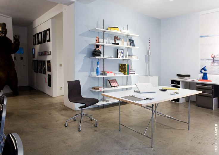 Unique and versatile: the original 1953 frame design by Egon Eiermann, available only from Richard Lampert. A true furniture classic, offering a unique multitude of combination and application options. Here with the ›Eiermann‹ shelving system and the work chair ›Seesaw‹ by Peter Horn #homeoffice #office #eiermann #workchair #shelf