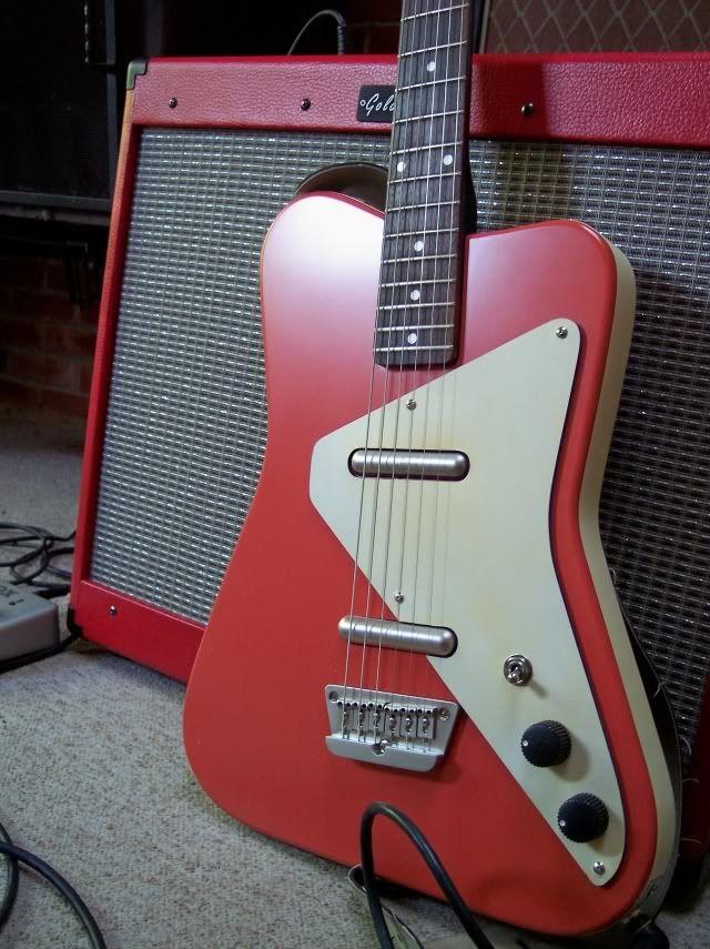 Pour les amateurs de guitare vintage, voici une Danelectro Red. Retrouvez des cours de guitare d'un nouveau genre sur MyMusicTeacher.fr