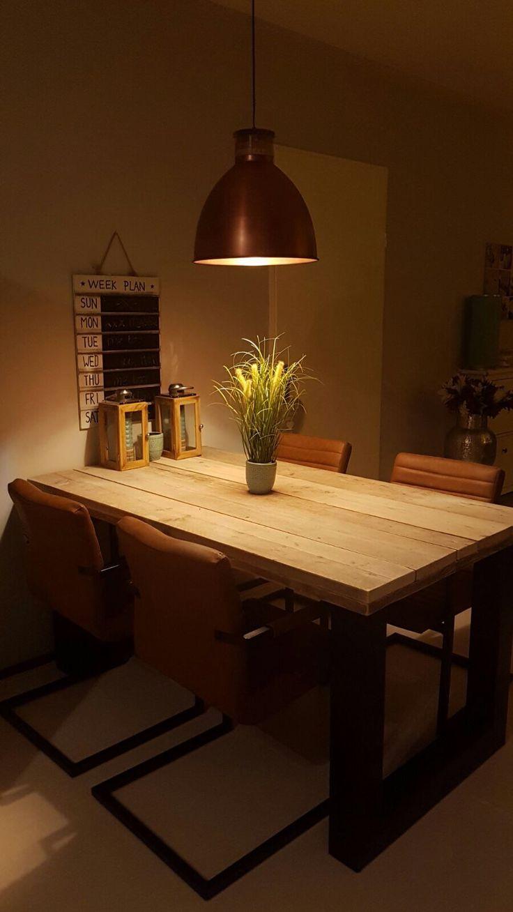 Tafel gebruikt steigerhout (90x160) met metalen poten mat zwart (10x10cm)